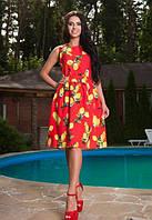 Женское красное платье с вырезом на спинке с ярким рисунком