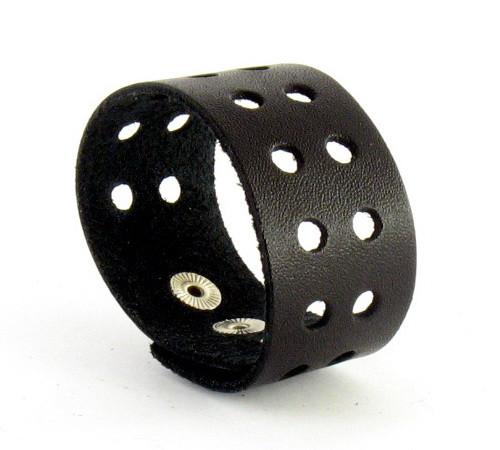 Кожаный браслет с дырочками