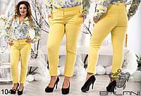 Яркие укороченные женские брюки.