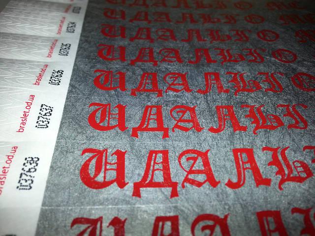 Контрольные браслеты Tyvek 19mm  Цвет: серебро, печать красным цветом.