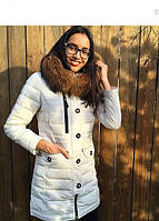 Стильная удлиненная женская куртка с мехом енота