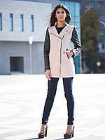 Женское приталенное полупальто на молнии с кожаными стёгаными рукавами бежевое