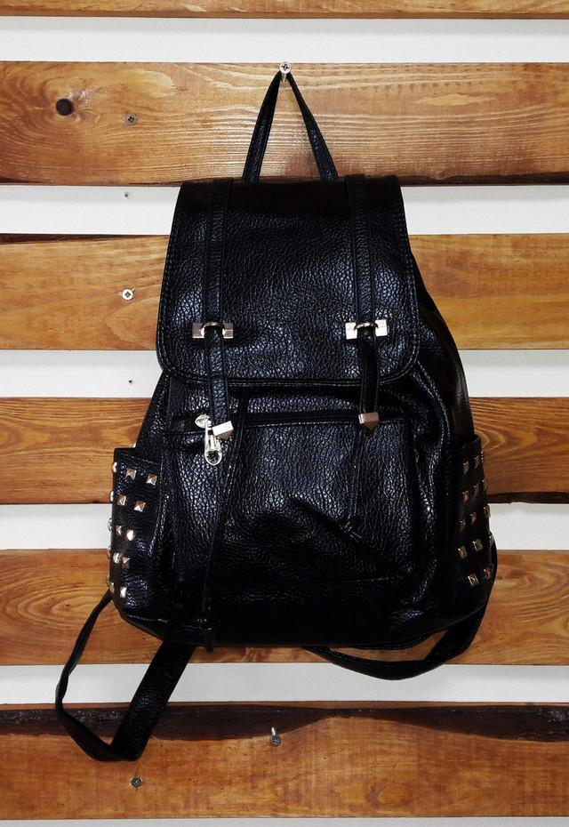 рюкзак с заклепками из кожзама