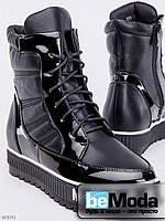 Привлекательные сникерсы на флисе Girnaive Moschino Black высокого фасона из экокожи с лакированными вставками на шнуровке черные