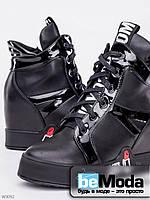 Модные сникерсы женские Girnaive Moschino Black из экокожи с лаковыми вставками на шнуровке с оригинальными вставками на подошве черные