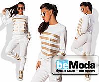 Модный женский спортивный костюм из двунитки с золотыми горизонтальными полосами из экокожи белый