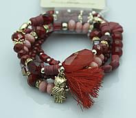 Наматывающийся красный браслет из бус с кисточками. Популярные украшения оптом. 906