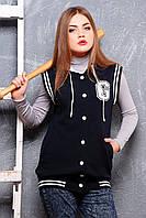 Удлиненный женский трикотажный жилет с капюшоном в стиле бомбер темно-синий