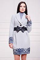 Женское кашемировое пальто с узорами под пояс светло-серое