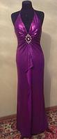 Узкое фиолетовое вечернее платье с брошью, р. 46