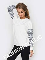 Нежный женский свитшот с принтом на рукавах