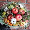 Букет фруктовый с хлопком и шишками
