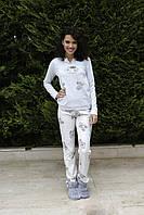 Женская пижама брюки и кофта с длинным рукавом.