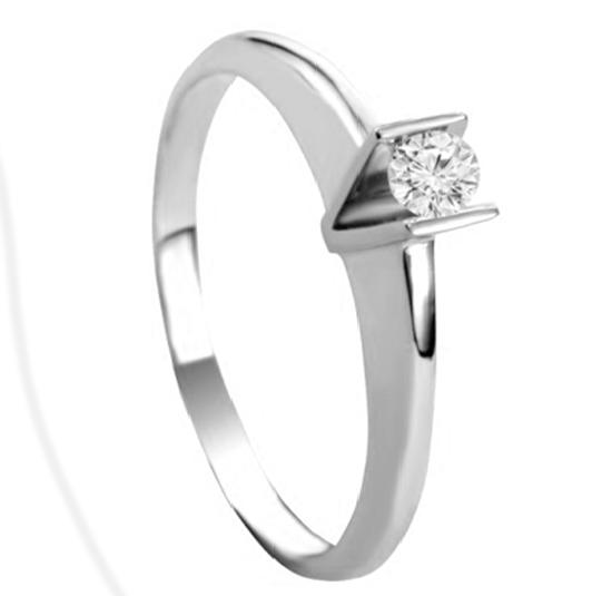 Серебряное кольцо на помолвку с одним камнем солитер