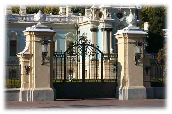 Центральные ворота Мариинского дворца в Киеве