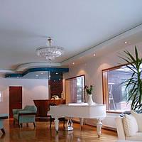 Матовый натяжной потолок в гостиной