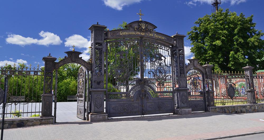 Ворота на храм в честь Святых Апостолов Петра и Павла в г. Тальное (Черкасская обл.)