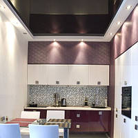 Глянцевый натяжной потолок в кухню