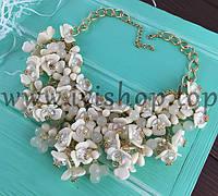 Колье под золото с белыми цветами