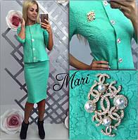 Элегантный женский костюм пиджак и юбка, украшен красивой брошью
