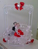 Свадебная статуэтка-качели на торт 15 см (26) бело-красная