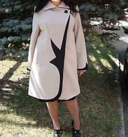 Свободное пальто декорировано стильной вставкой