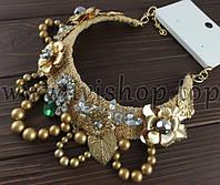 Колье-ожерелье золотистое с бусинами и золотыми цветами