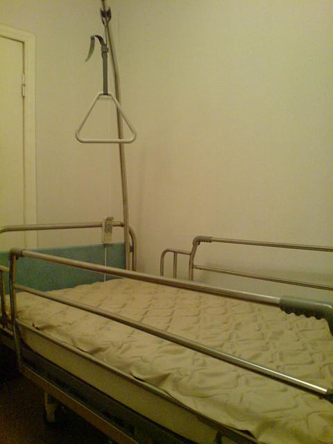 Кровать медицинская функциональная на колёсах с электро приводом