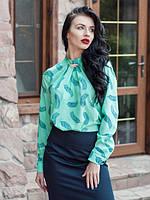 Стильная офисная блуза бирюзового цвета вырез с декоративными складками и брошью