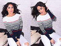 Вязаный свитер в цветную полоску.