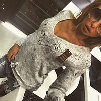 Модный женский свитер серого цвета