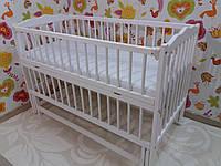 """Дитяче ліжечко Дубок """"Веселка"""" сніжно біле, з відкидною боковинкою на маятнику."""