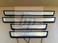 Защитные хром накладки на пороги с подсветкой Toyota Camry xv55 (Тойота Камри 55 кузов 2014г+)