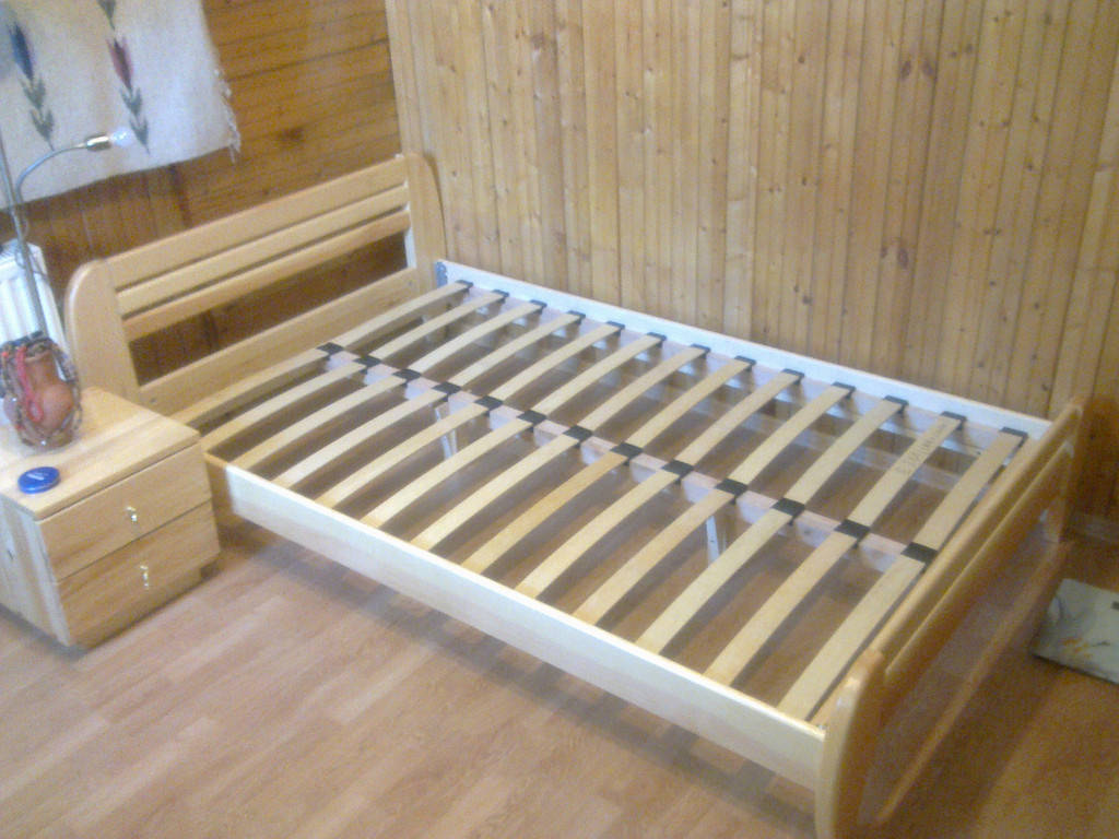 """Кровать деревянная """"Стелла"""" покрыта гипоаллергенным масловоском+матрас Траст + тумбочка классика"""