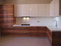 Стильная угловая кухня глянец и шпон