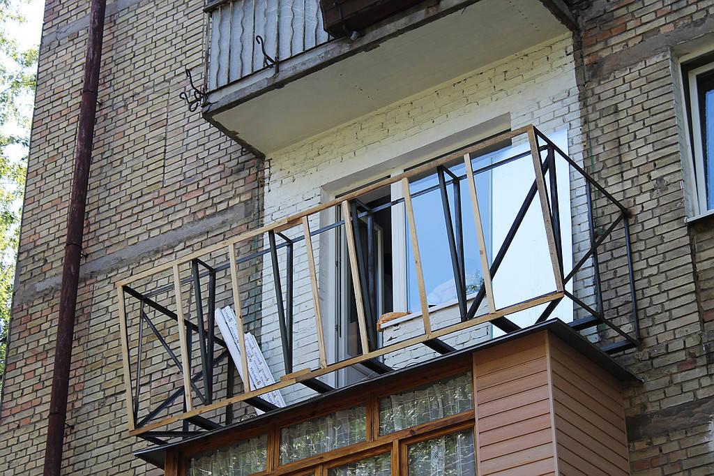 Следующий этап – это сварочные работы, которые по данному заказу включают в себя полное расширение существующей площади балкона.