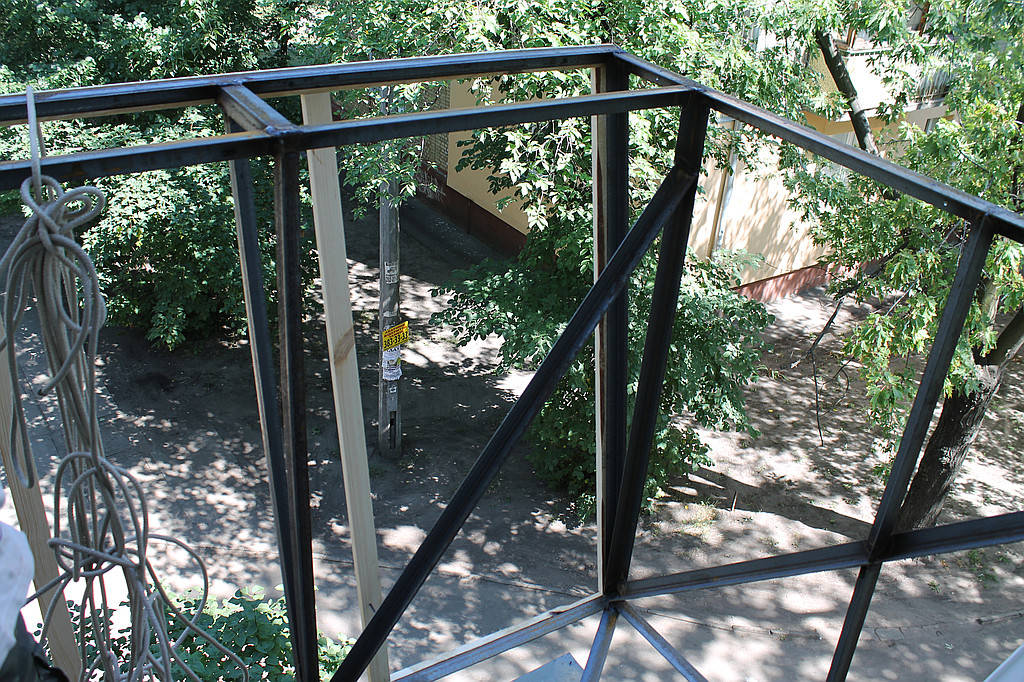 Выварили новый каркас балкона, с выносом по полу и по подоконнику.