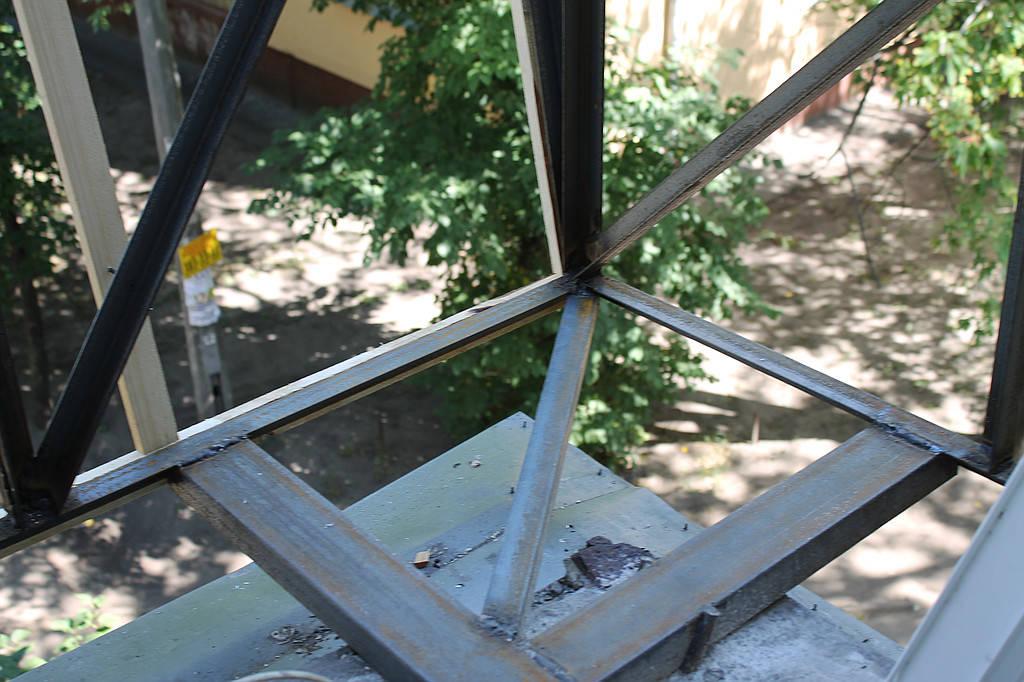 Данная конструкция усиливается швеллерами, а балконная плита с нижней части далее подшивалась листом металла.
