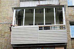 С наружной части новый парапет обшили сайдингом. Виниловый сайдинг – материал, который широко используют для наружной облицовки зданий. Сайдинг обладает защитными свойствами от воздействий окружающей среды и несет в себе декорированную функцию.
