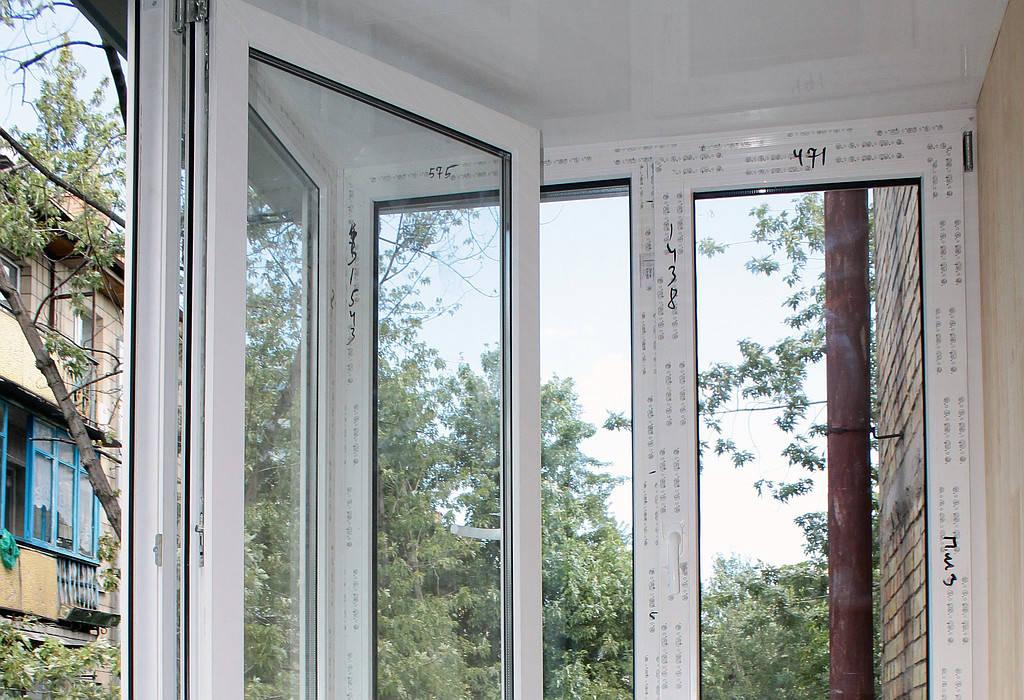 Профиль который был установлен по данному заказу - Rehau E60, однокамерный стеклопакет с энергосберегающими стеклами, фурнитура Maco. Ну, и конечно все необходимое комплектующее (подоконники, отливы, козырек, ручки).