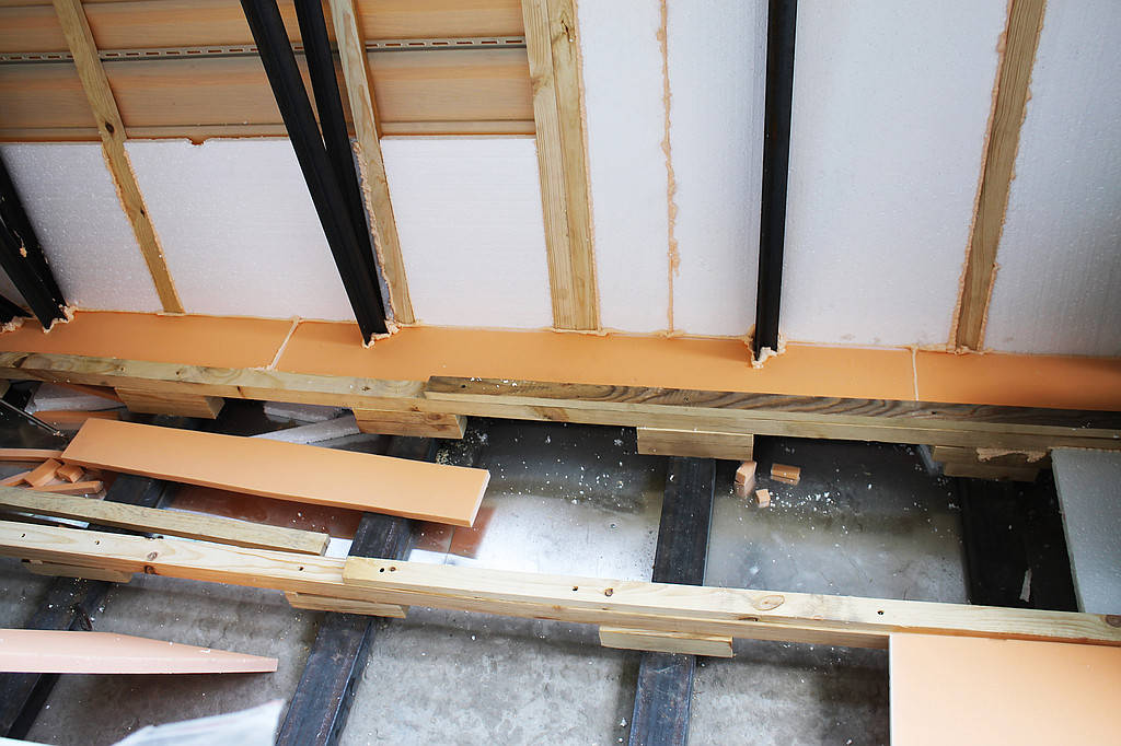 Утепление такого балкона было просто необходимым этапом. Новый каркас, который обшит сайдингом не сможет обеспечить балкон необходимой теплоизоляцией.