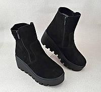 Зимние ботинки на танкетке из натур замша