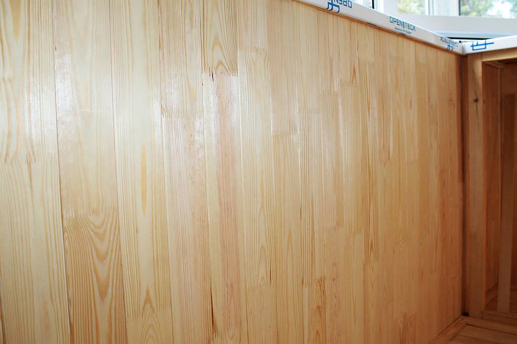 В данном балконе заказчик остановил свой выбор традиционно на деревянной вагонке (сосна). Обшивка балкона деревом – это экологически чисто, даже можно сказать полезно, по-своему красиво и никогда не надоест.