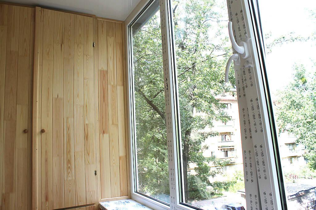 Балконная мебель по заказу включает в себя три изделия. При предварительной визуализации заказа, наш заказчик сделал акцент на использовании балкона, как многофункционального помещения. Что наш мастер технолог со своей командой и воплотил в жизнь.