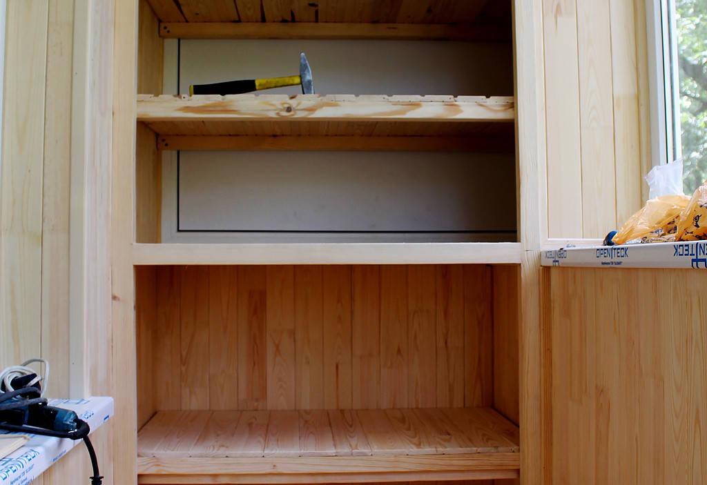 Мы изготовили встроенную деревянную мебель, которая заняла минимально места, при этом позволила поместить на балконе большое количество вещей. Так выглядит каркас шкафа.