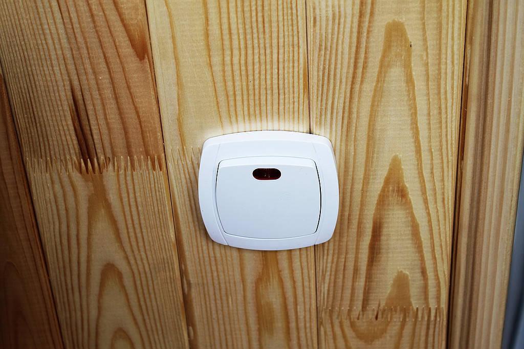 Проводка электрики. Количество электрических точек и осветительные приборы выбирает заказчик. В данном балконе была установлена розетка, выключатель и настенный светильник.
