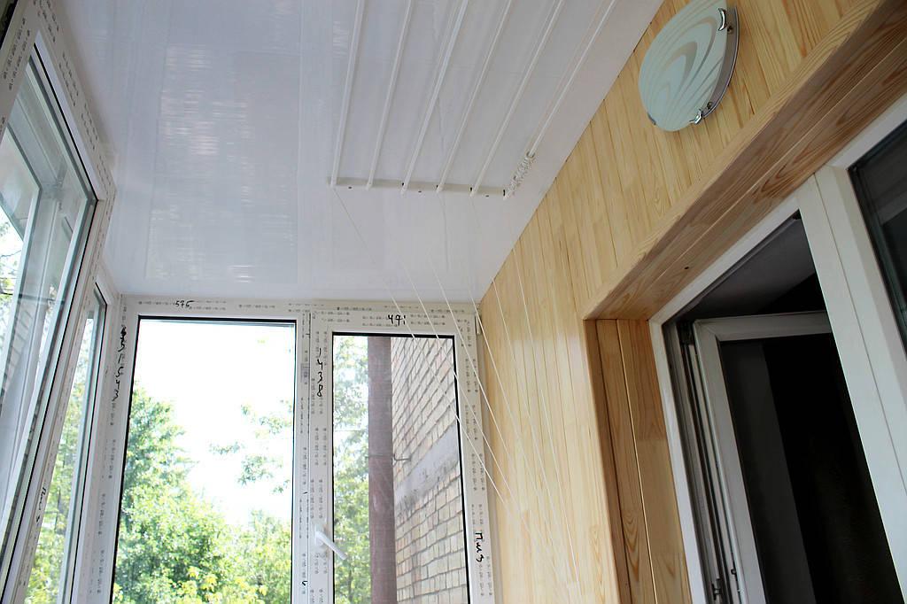 Потолочная бельевая сушилка. Даже при капитальном ремонте балкона, сушку вещей никто не отменял. Сушилка нужная и полезная вещь на балконе, а главное практически не занимает места.