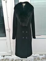 Удлиненное пальто с пуговицами и натуральным мехом на воротнике