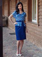 Красивый женский костюм синего цвета под поясок