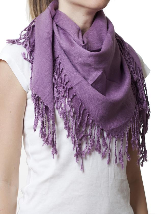 Однотонный сиреневый шерстяной платок 1